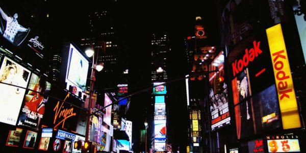 Ciudad con rótulos luminosos - Servicios de imprenta de Imagdecor