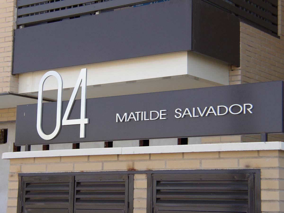 Señalética de edificio - Matilde Salvador